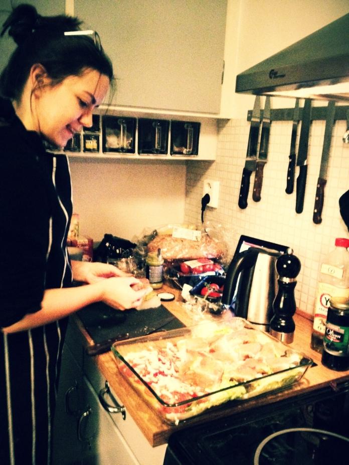Fant dette bildet fra 2010. Det hjelper ikke med filter - dette er et knøttlite kjøkken å lage mat på.